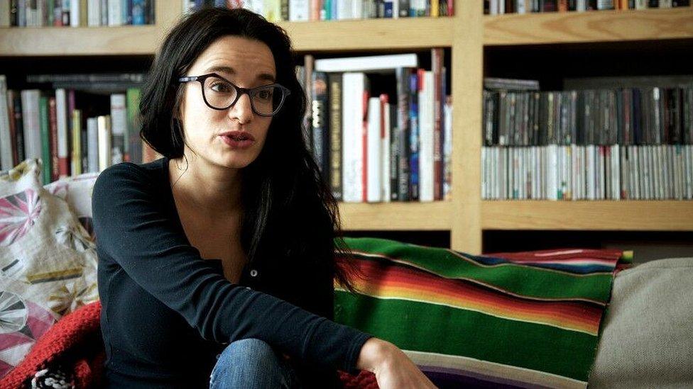 """Gabriela Jauregui. Mexicana. Es autora del poemario """"Controlled Decay"""" (Black Goat Press/Akashic Books, 2008) y """"Leash Seeks Lost Bitch"""" (Song Cave, 2016) y coautora de """"Taller de Taquimecanografía"""" (Tumbona, 2011). Es doctora en Literatura Comparada por la Universidad del Sur de California. Obtuvo también una maestría por parte de la Universidad de California Riverside, así como una maestría de la Universidad de California Irvine. Ha recibido apoyos de la Soros Fellowship for New Americans, así como de la beca Jóvenes Creadores del FONCA. Sus textos y traducciones han sido publicados en antologías, catálogos y revistas en México, Canadá, Estados Unidos, Australia y Reino Unido. Gabriela es cofundadora y editora de sur+ ediciones. """"La memoria de las cosas"""" (Sexto Piso, 2015) es su primer libro de relatos."""