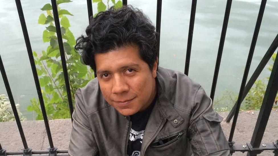"""Alan Mills. Guatemalteco. Su poesía ha sido incluida en prestigiosas antologías en lengua española de la última década (""""Cuerpo Plural"""", """"Puertas abiertas"""", entre otras) y ha sido traducida, en parte, al alemán, francés, inglés, portugués, italiano y checo. Desde hace algunos años su obra se viene volcando hacia el ensayo literario y la ficción. Su micro-novela """"Síncopes"""" fue publicada en México y Perú (2007) y luego traducida al francés por la editorial Rouge Inside (2010). Su libro más reciente es un ensayo literario (en inglés) sobre cultura hacker y estrategias ancestrales de resistencia, titulado """"Hacking Coyote"""", publicado primero como e-book (mikrotext, 2016) y luego como libro impreso en Alemania (mikrotext, 2017). Ha vivido en Ciudad de Guatemala, París, Madrid, Sao Paulo y Buenos Aires. Fue becario del DAAD y actualmente reside en Berlín mientras concluye su tesis doctoral sobre literatura de ciencia ficción indigenista."""