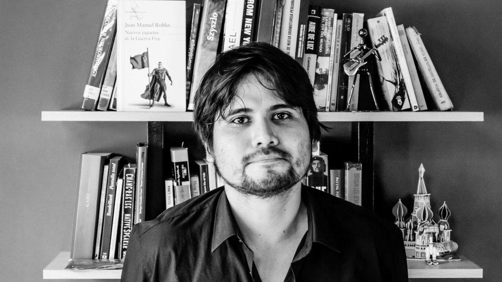 """Juan Manuel Robles nació en Lima, en 1978. Tiene un MFA en Escritura Creativa en Español de la Universidad de Nueva York (NYU). Ha publicado el libro de crónicas """"Lima freak. Vidas insólitas en una ciudad perturbada"""" (Planeta, 2007) y la novela """"Nuevos juguetes de la guerra fría"""" (Seix Barral, 2015), que fue lanzada en Perú y Colombia y posteriormente en España. Esta novela fue considerada por el diario Perú.21 la mejor de 2015 y fue elegida por El País de España como una de las """"23 lecturas para mirar América"""". Los reportajes del autor han aparecido en antologías como """"Crónicas de otro planeta"""" (Debate, 2009), """"Antología de crónica latinoamericana"""" (Alfaguara, 2012), """"Las mejores crónicas de Gatopardo"""" (Debate, 2006) y en las revistas Etiqueta Negra, Gatopardo, Internazionale (Italia) y Courrier International (Francia). Ha publicado relatos de ficción en libros como """"Huancaína freak y otros cuentos para comer"""" (Matalamanga, 2007)."""