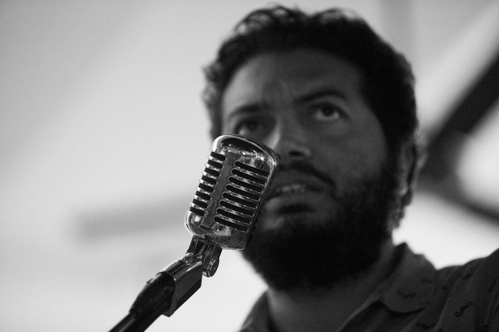 """Frank Báez es un poeta y escritor dominicano. Nació en 1978 en Santo Domingo. Graduado de Psicología, tiene una especialización en Investigación Social de la Universidad de Chicago en Illinois (UIC). Su primer poemario fue publicado por la editorial cubano-madrileña Betania, con el título """"Jarrón y otros poemas"""". Sin embargo, para él su primer libro es """"Postales"""", galardonado con el Premio Nacional de Poesía Salomé Ureña en 2009 y que a la fecha lleva ocho ediciones. Es autor de """"Anoche soñé que era un DJ"""", editado en una versión bilingüe –inglés y español– por la editorial estadounidense Jai Alai Books. En 2016, la Galería Estampa seleccionó su poema """"La Marilyn Monroe de Santo Domingo"""" para su colección de Biblioteca Americana. También publicó el libro de cuentos """"Págales tú a los psicoanalistas"""" y ha reunido tres libros de crónicas en el volumen """"La trilogía de los festivales"""". El año pasado la editorial Valparaíso sacó su último poemario."""