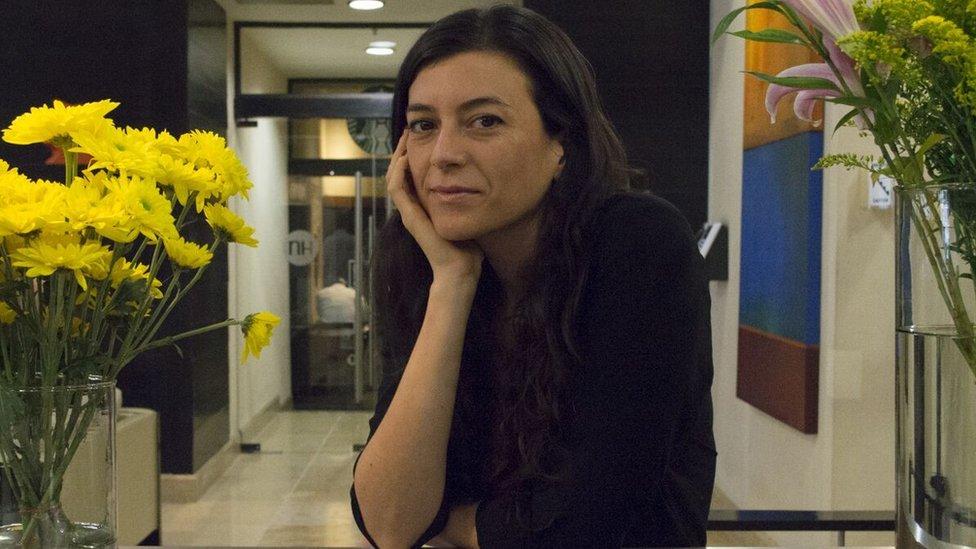 """Samanta Schweblin, argentina, nació en 1978 en Buenos Aires. Allí estudió cine y se especializó en el guión cinematográfico. Sus libros de cuentos """"El núcleo del disturbio"""", """"Pájaros en la boca"""" y """"Siete casas vacías"""" obtuvieron entre otros los premios Casa de las Américas, Juan Rulfo y Narrativa Breve de Rivera del Duero. """"Distancia de rescate"""", su primera novela, obtuvo los premios Tigre Juan y Estado Crítico y fue nominada al Man Booker Prize 2017. Traducida a más de 20 lenguas y becada por distintas instituciones, la autora ha vivido brevemente en México, Italia y China y reside desde hace cuatro años en Berlín, donde escribe y dicta talleres literarios."""