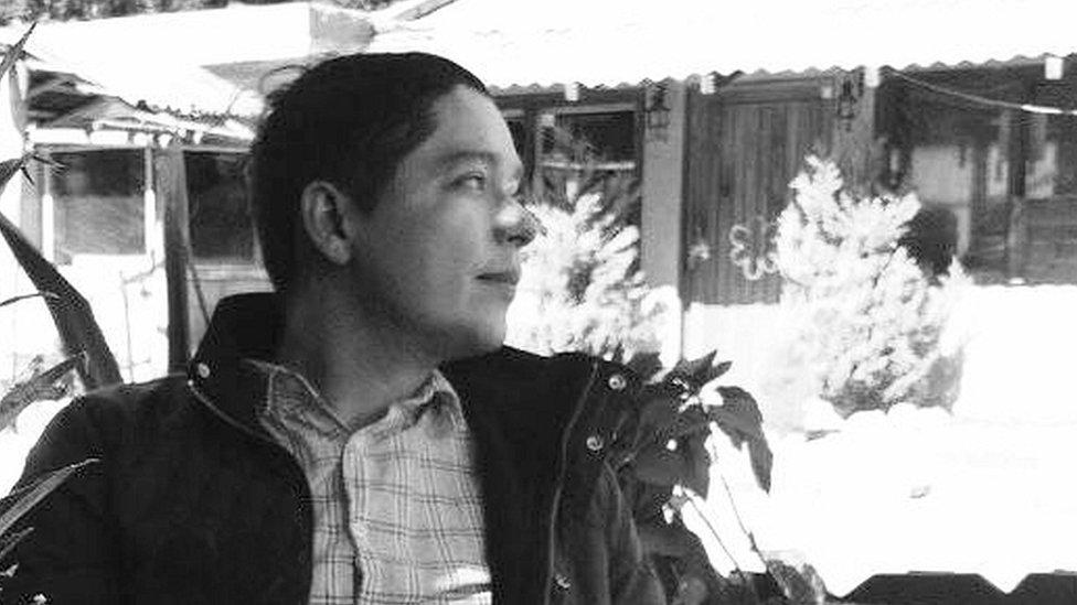 """Jesús Miguel Soto. Venezuela. Cursó estudios de Comunicación Social y Letras en la Universidad Central de Venezuela. Se ha desempeñado como profesor universitario, corrector y editor. Como narrador es autor del libro de cuentos """"Perdidos en Frog"""" y las novelas """"La máscara de cuero"""" y """"El caso Boeuf (Relato a la manera de Cambridge)"""". Entre otros, ha sido ganador de la 64º edición del Concurso Anual de Cuentos El Nacional (Venezuela); del primer premio del VII Concurso Nacional de Cuentos de la Sociedad de Autores y Compositores de Venezuela SACVEN y del XXIII Certamen Literario Juana Santacruz (México). Algunos de sus relatos han sido publicados en antologías como """"Joven narrativa venezolana II"""", """"De qué va el cuento (Antología del relato venezolano 2000-2012)"""" y """"Crude Words. Contemporary writing from Venezuela"""". Desde 2014 reside en México."""