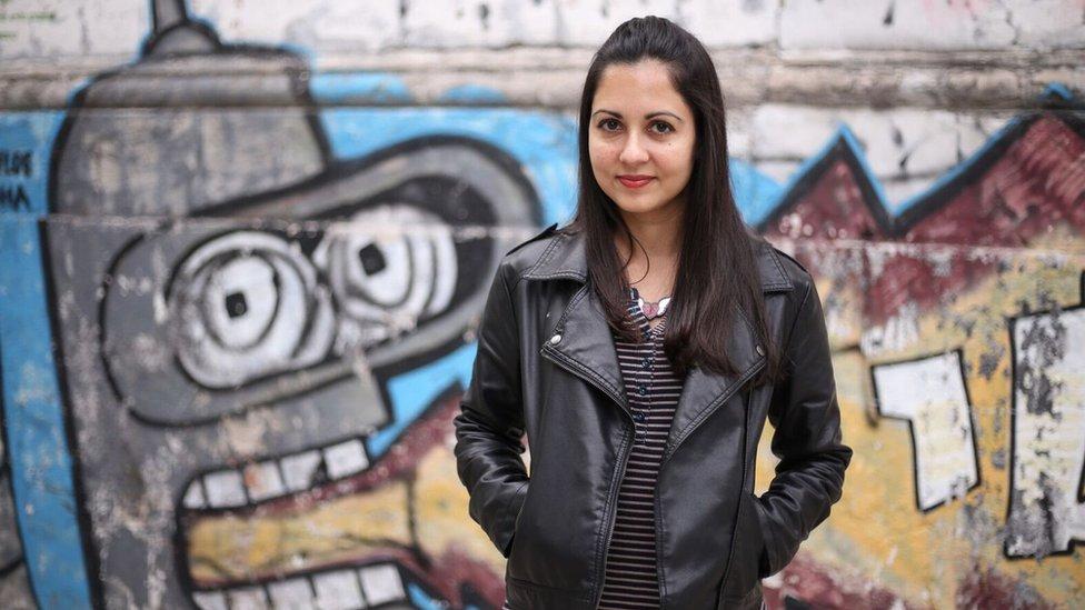"""Liliana Colanzi, boliviana. Ha publicado los libros de cuentos """"Vacaciones permanentes"""" (El Cuervo, 2010) y """"Nuestro mundo muerto"""" (Almadía, 2016) y la selección de relatos """"La ola"""" (Montacerdos, 2014). """"Nuestro mundo muerto"""" está siendo traducido al inglés, francés e italiano. Coeditó la antología de no-ficción """"Conductas erráticas"""" (Alfaguara, 2009) y editó la antología de cuentos """"Mesías/Messiah"""" (Traviesa, 2013). Ganó el premio de literatura Aura Estrada, México, 2015. Ha colaborado en medios como Granta, Letras Libres, El País, The White Review y El Deber. Reside en Ithaca, Nueva York, y es profesora de literatura latinoamericana en la universidad de Cornell."""