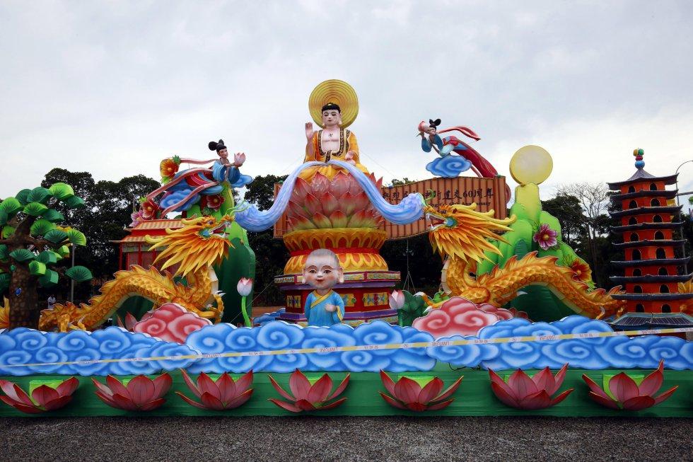 Esta celebración se traslada a las calles donde carrozas son decoradas con figuras representativas de la cultura de ese país.