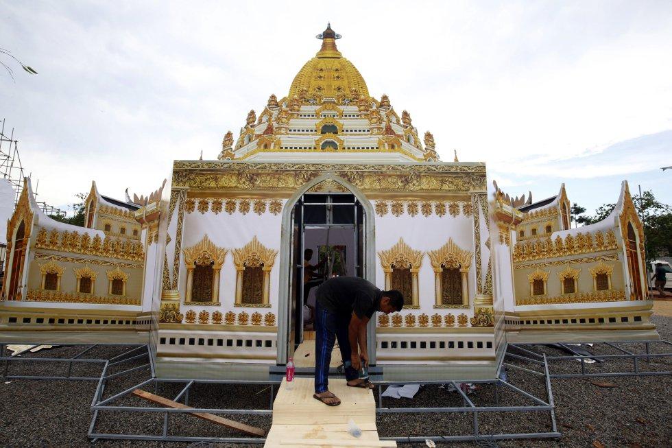 Los trabajadores tienen un lugar muy especial en esta celebración. Este en particular acaba de construir una réplica de un templo budista.