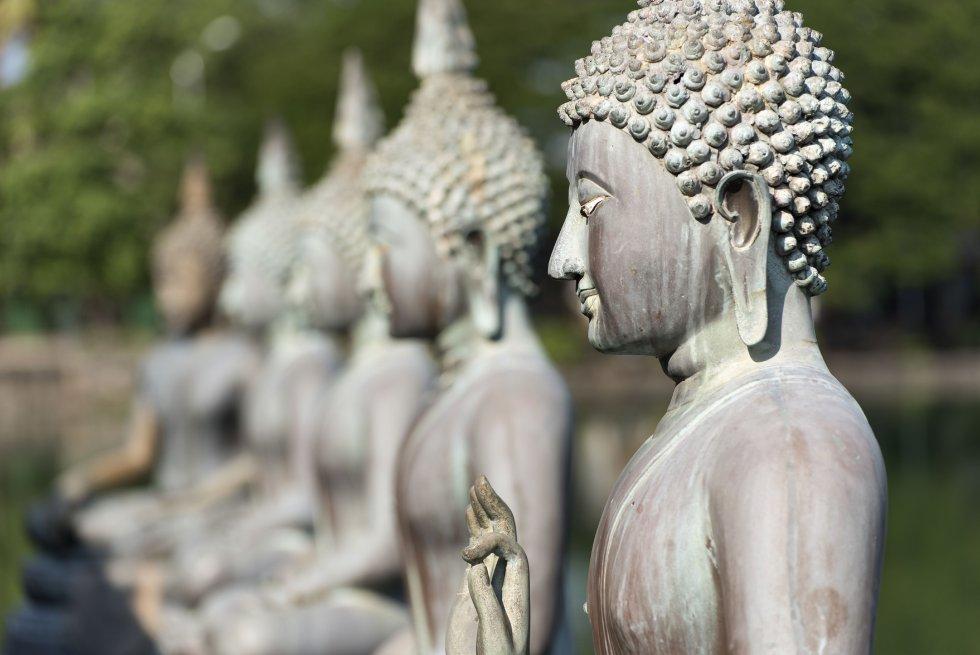 """Buda es conocido como """"Iluminado"""", un término escrito en sánscrito(antiga lengua de la Sagrada India). Este título era otorgado a todo aquel que lograba por completo un estado de tranquilidad mental."""