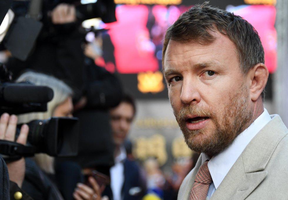 """El director británico Guy Ritchie posa en la alfombra roja de la película """"King Arthur: Legend of the Sword""""."""