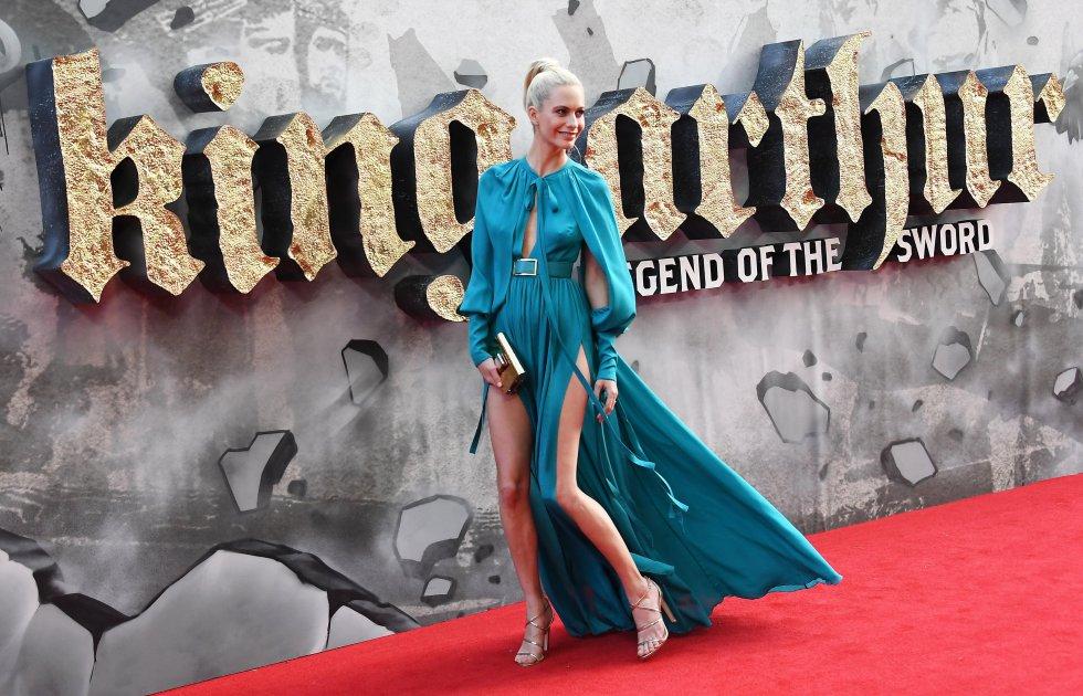 Poppy Delevingne llegó con un vestido azul que destacó notablemente su figura. También, la actriz participará en la cinta Kingsman: The Golden Circle.
