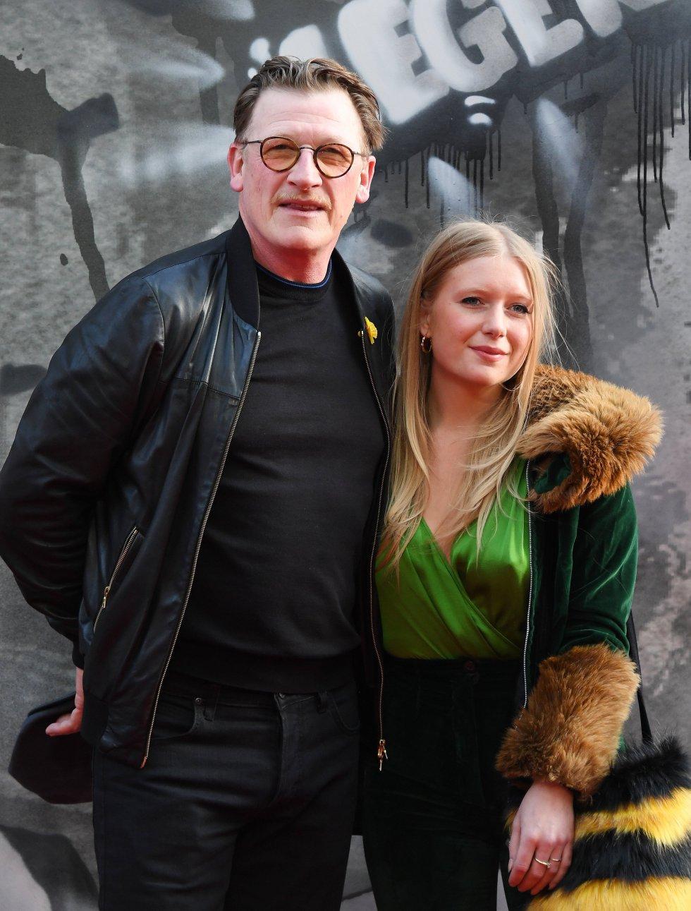 El actor Geoff Bell llegó a la premiére de la cinta en compañía de su esposa.