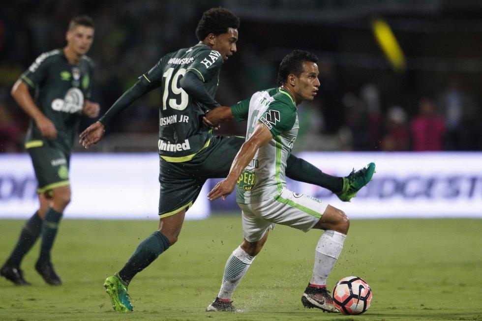 Diego Arias disputa un balón en el medio campo.