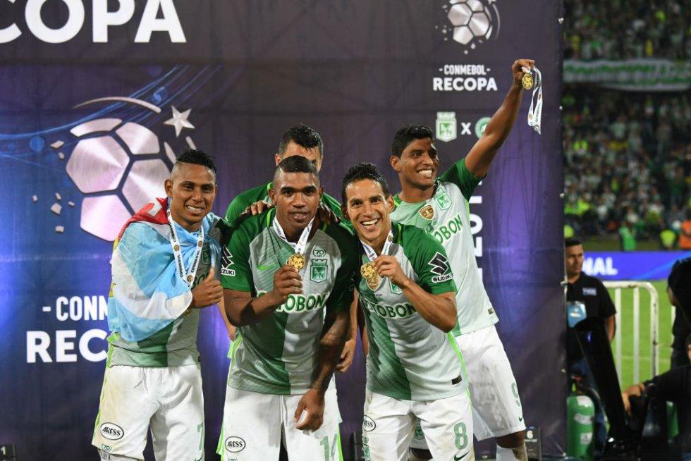 Los jugadores de Nacional posan con una medalla de campeón.