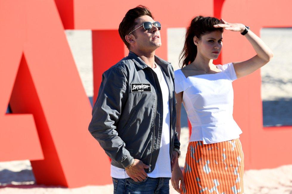 """Los actores estadounidenses Zac Efron y Alexandra Daddario posan para una sesión de fotos de la película """"Guardianes de la Bahía"""" en Bondi Beach, Sidney(Australia)."""