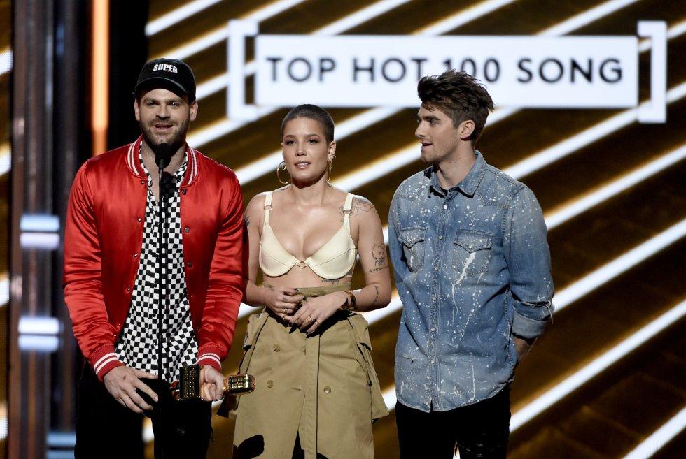 """Alex Pall, a la izquierda, y Andrew Taggart, a la derecha, de The Chainsmokers, y Halsey, reciben el Premio Billboard a la mejor canción del Hot 100 por """"Closer""""."""