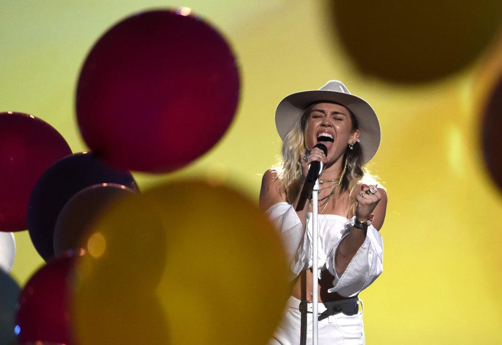 """Miley Cyrus canta """"Malibu"""" en la ceremonia de los Premios Billboard de la Música."""