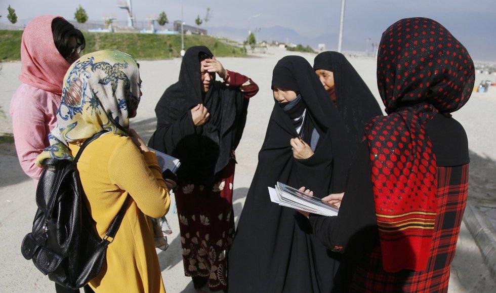 """Varias trabajadoras con la primera revista femenina afgana """"Gellara"""" mientras conversan con varias mujeres en Kabul (Capital de este país.)"""