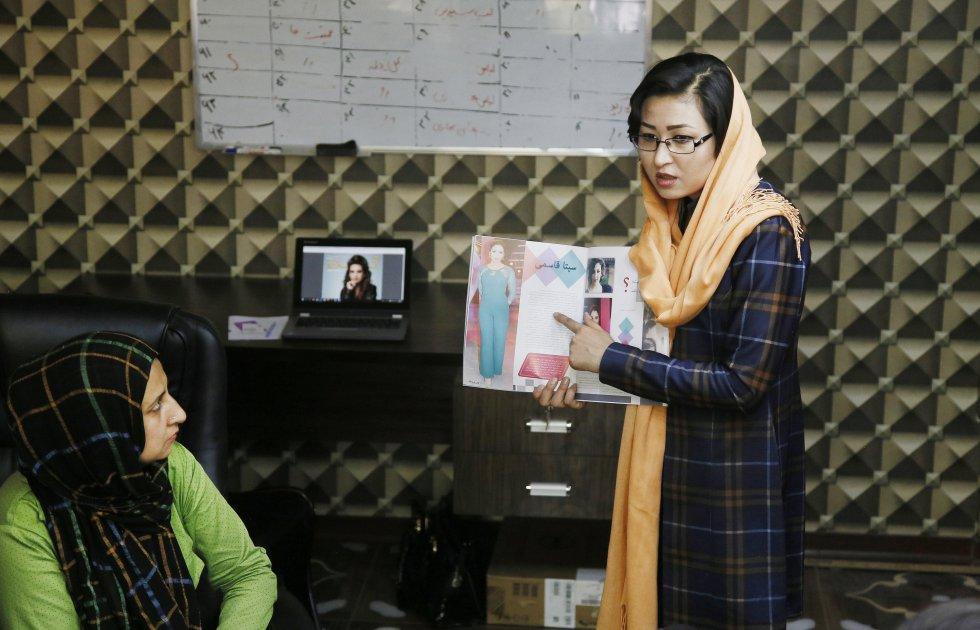 Fatana Hassanzada, fundadora de la primera revista femenina sostiene una reunión con su equipo en sus oficinas en Kabul.