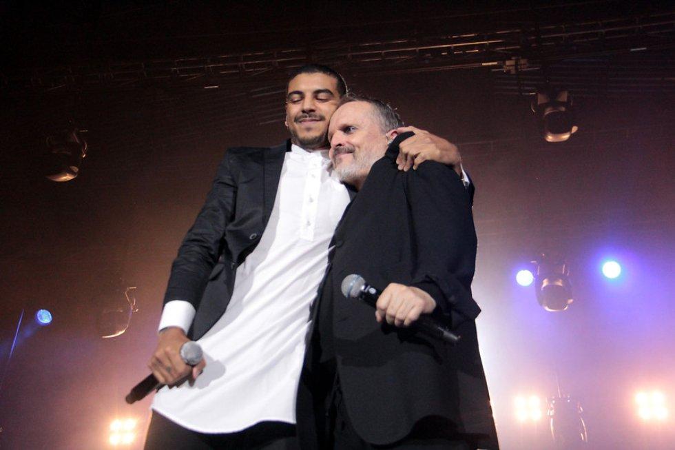 Miguel Bosé con su formato acústico en el concierto de la celebración de los 25 años de La Luciérnaga.