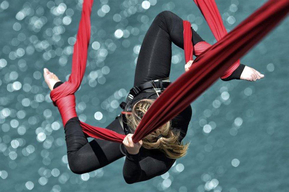 """Por la campaña """"Grecia tiene alma"""" la bailarina y acróbata Katerina Soldatou  realiza un baile suspendida en por dos lazos rojos sobre el canal de Corinto."""