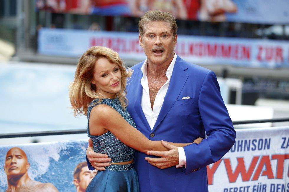 El actor estadounidense, David Hasselhoff, posa junto a su pareja la modelo estadounidense Hayley Roberts.