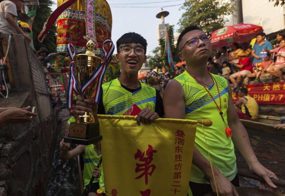 Un equipo que compite en las carreras de barcos dragón, en el río Perla, en Guangdong.