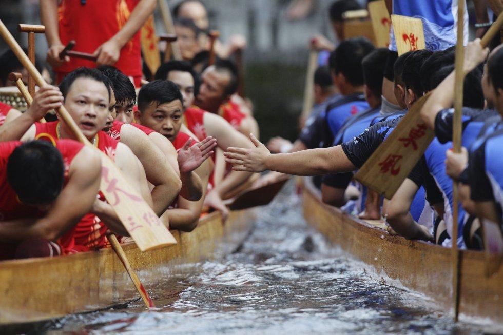 Conmemora la muerte hace dos milenios de Qu Yuan, un poeta que se suicidó arrojándose al río Miluo atado a una piedra en protesta por los privilegios y traiciones de sus gobernantes durante la dinastía Zhou.