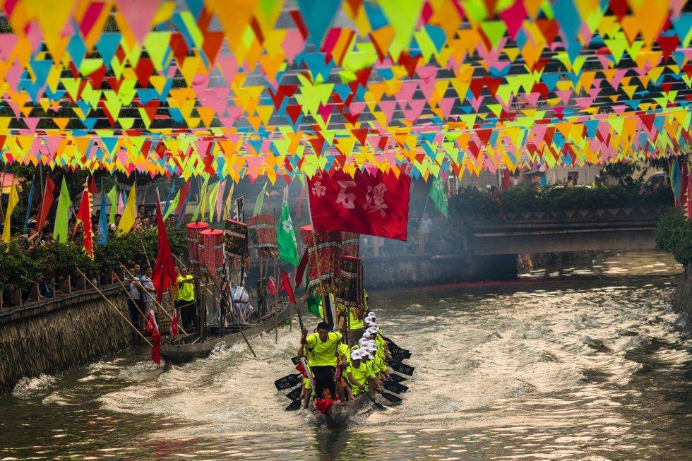 Los barcos tradicionales son de madera de unos diez metros y adornados con cabezas y colas de dragón pintados, que deben recorrer una distancia de unos 300 metros impulsados por la fuerza de 22 remeros a bordo.