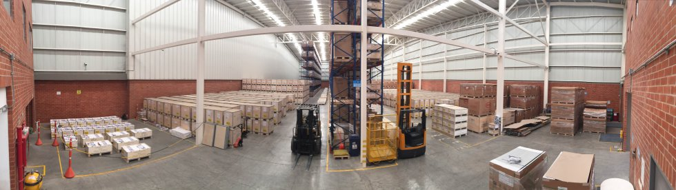 Inicialmente, se organizan los materiales de construcción en grandes bodegas de distribución.