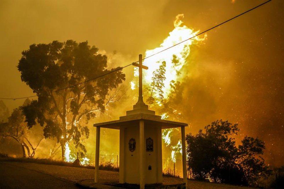 El Gobierno de Portugal decretó, desde hoy, tres días de luto nacional por las víctimas del incendio desatado ayer en el centro del país que, según el último balance oficial aún provisional, ha provocado 62 muertos y 57 heridos.