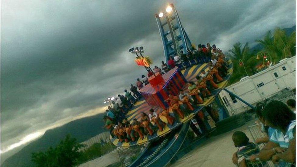 En contraste, en esta foto lo que llama la atención no son las luces, sino las nubes de tormenta que se acercan al Luna Park de Guatire, en el venezolano Estado Miranda. Carmen Guerra nos la envió al correo susimagenes@bbc.co.uk