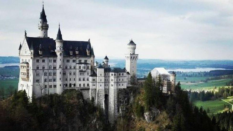 """Y aunque no es exactamente un parque de atracciones, Carlos Ávila Arquin quiso compartir esta foto del castillo de Neuschwanstein, en Baviera, porque """"inspiró el Castillo de la Cenicienta que es el símbolo de los parques de atracciones de Disney alrededor del mundo"""". Recuerda que puedes ver esta y otras fotos compartidas a través de Instagram con la etiqueta #ParqueDeAtraccionesBBC"""