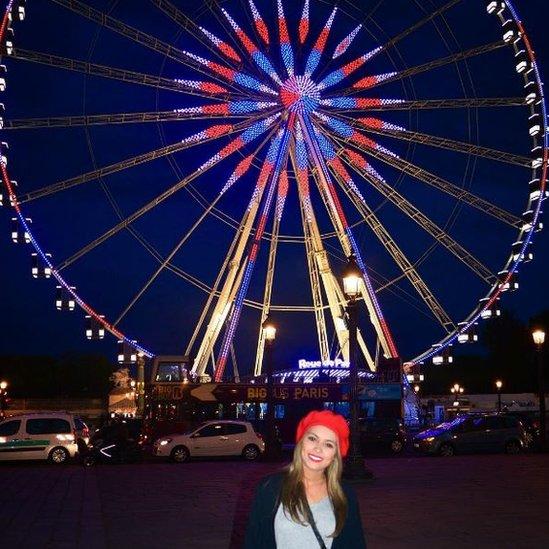 Mientras que de las imágenes de Jocelyn Luna Valdés elegimos esta, en la que se la puede ver frente a una rueda gigante en París, Francia.