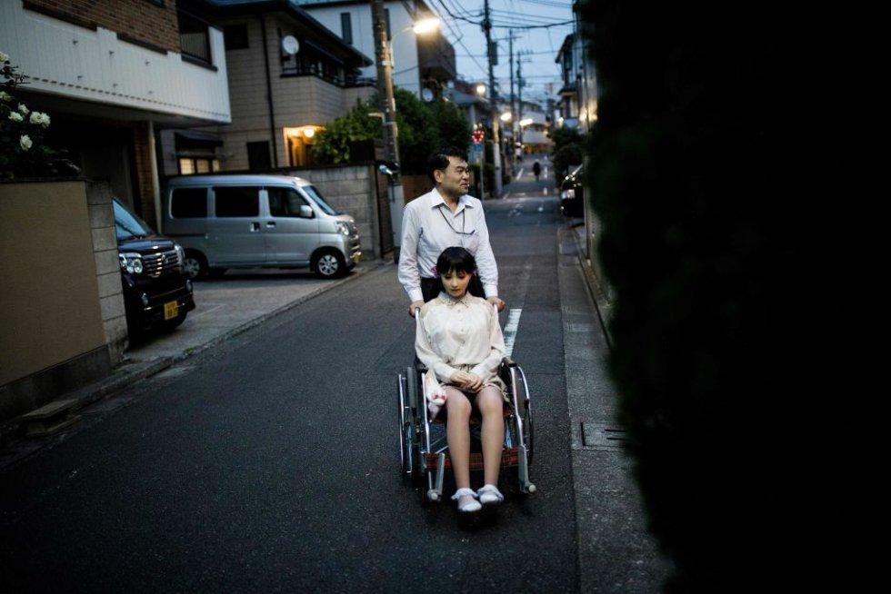 Masayuki Ozaki, de 45 años, perdió el interés por su mujer, la de carne y hueso. Cuando fue a una exposición de muñecas de plástico se enamoró a primera vista de una de ellas.
