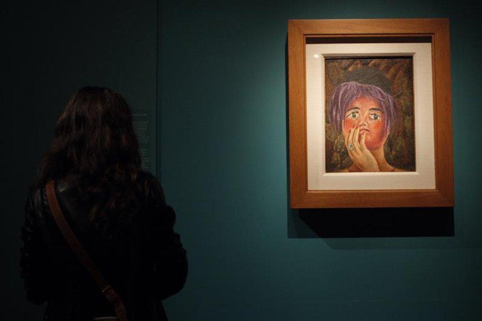 """El museo capitalino expone 36 creaciones para mostrar a la gente """"cómo ella, a lo largo de su vida, fue construyendo su imagen como mujer, como artista, y cómo esto se plasma a través de su obra"""", dijo a Efe la curadora de la muestra, Josefina García."""