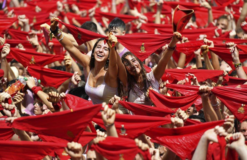 """Al grito de """"Viva San Fermín"""", en la plaza del Ayuntamiento comenzaron nueve días de fiesta, que terminarán el 14 de julio con el canto del """"pobre de mí"""","""