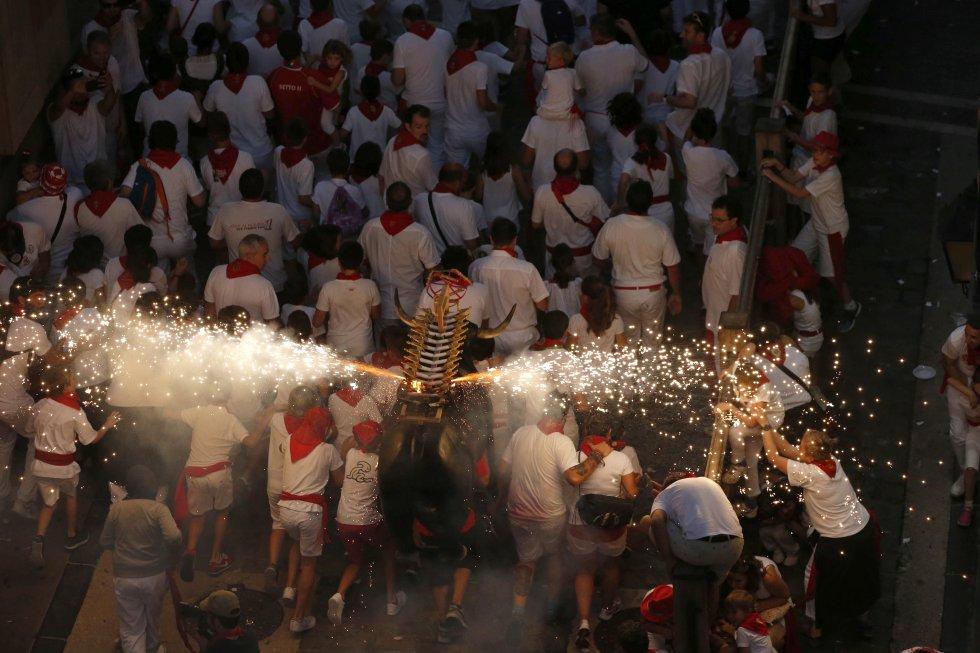 """Celebración del """"toro de fuego"""" en la cuesta de Santo Domingo de Pamplona en el primer día de las fiestas de San Fermín 2017"""