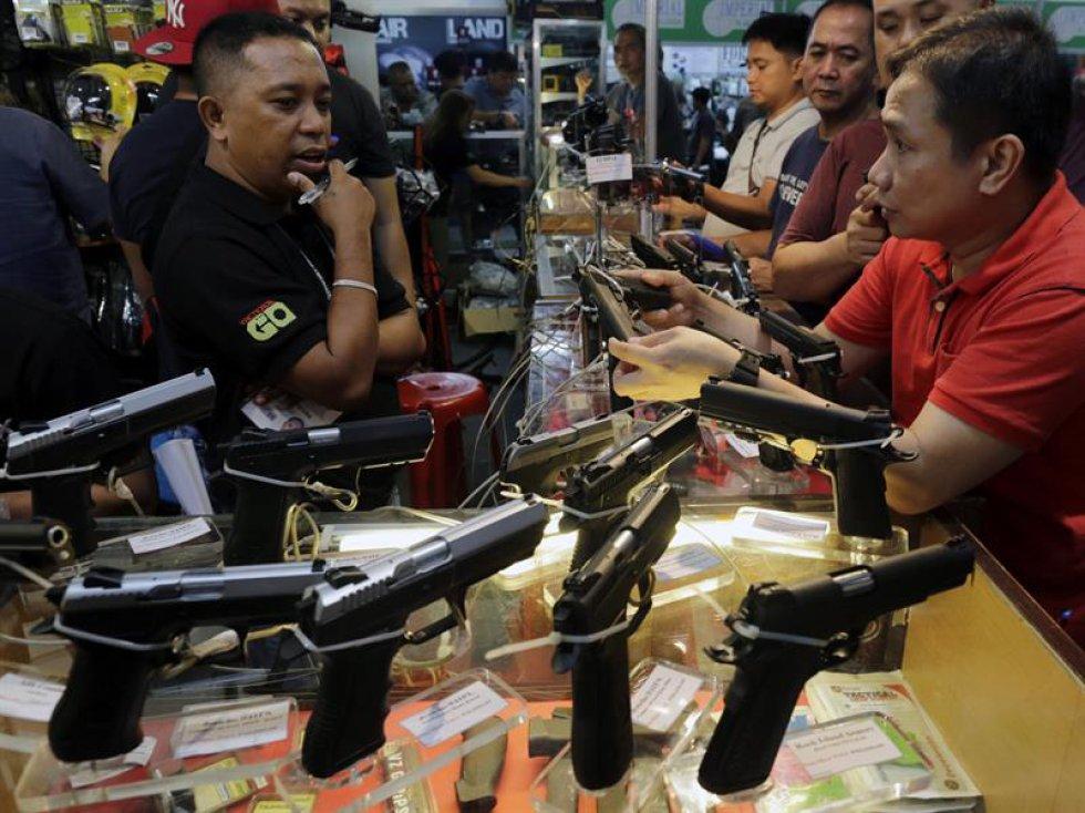 Esta feria exhibe armas a los que tanto civiles, como personal experto tienen acceso. Por lo tanto, crea un poco de controversia debido a la fácil posibilidad de acceder a estos objetos.