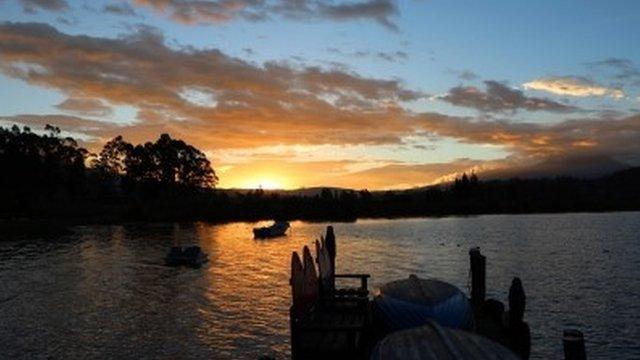 """Ulrike Taubmann nos envió vía email esta foto de un atardecer en el Lago San Pablo, provincia de Imbabura, Ecuador. """"Era fascinante poder observar el cambio de la luz y de los colores"""", nos dice Ulrike. Tú también puedes enviarnos tus fotos de """"En el umbral"""" para nuestro próximo desafío, a nuestro correo electrónico susimagenes@bbc.co.uk o a través de Instagram (en esta ocasión, usamos el hashtag #EnelumbralBBC)."""