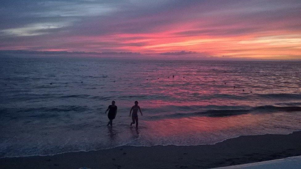 """""""Jugando en un atardecer en la costa de Puerto Vallarta, México"""", nos dice Javier Rosenblueth sobre esta imagen que nos envió vía email. Te invitamos a que participes en nuestro próximo desafío semanal: """"En el Umbral BBC""""."""