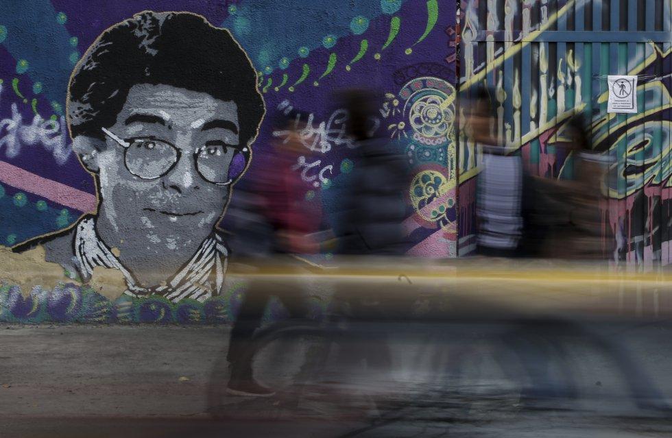Para el papel, tanto Alarcón como Gutiérrez han dejado crecer su cabello para que se asemejara al look del fallecido humorista y periodista