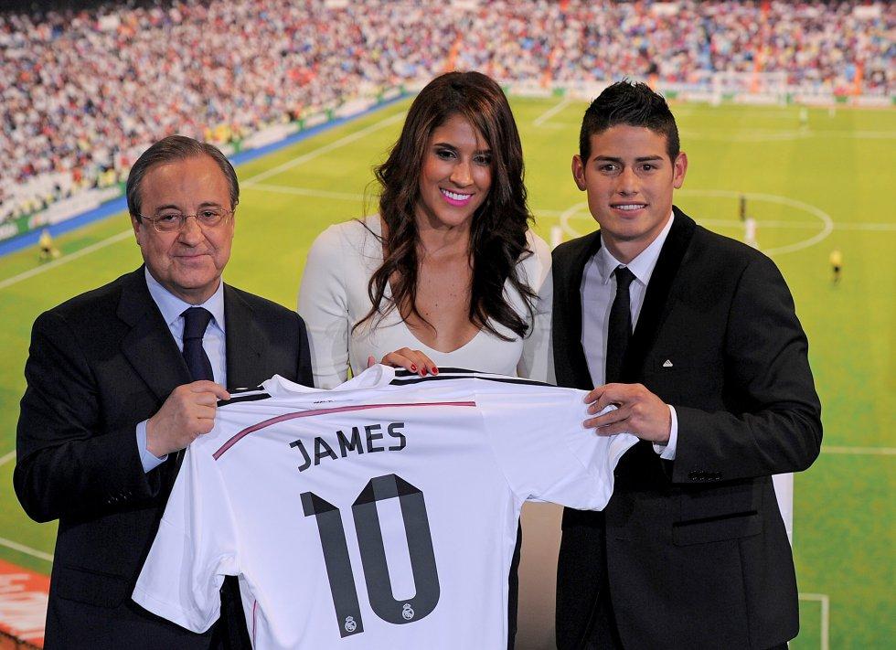 En la presentación oficial del Real Madrid, James estuvo acompañado durante toda la ceremonia por Daniela Ospina.