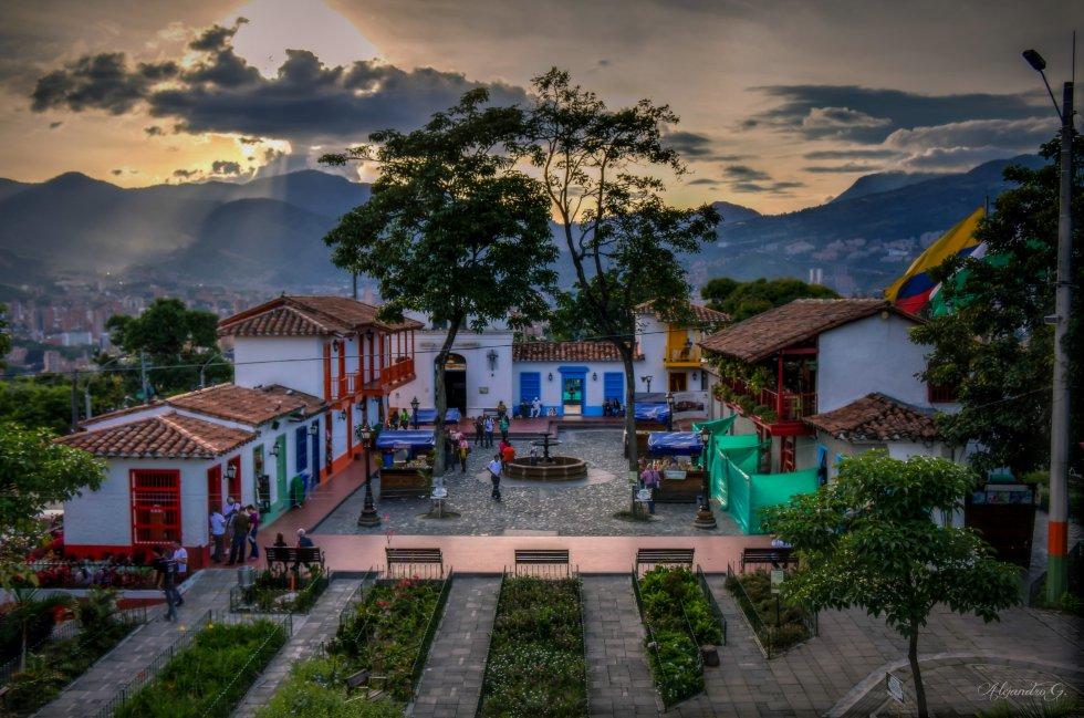La cuidad de la eterna primavera, está ubicado en entre montañas verdes y valle. Algunos de los lugares turísticos de esta ciudad es el Parque de los pies descalzos, Parque de la vida, Pueblito paisa, entre otros.