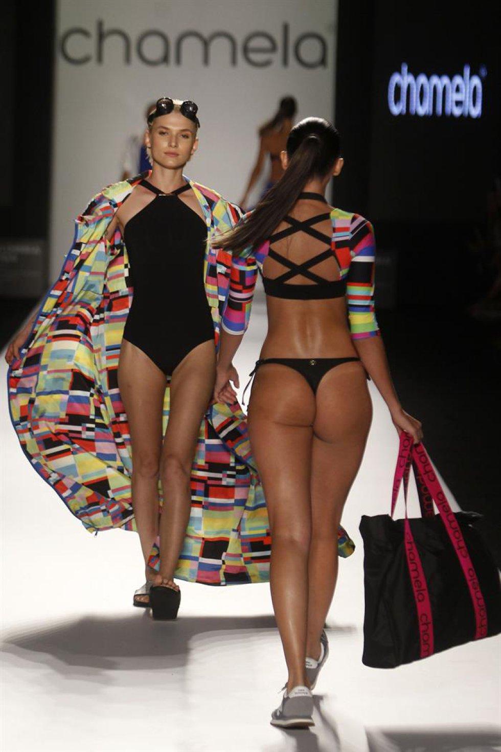 Modelos desfilan creaciones de la marca colombiana Chamela.