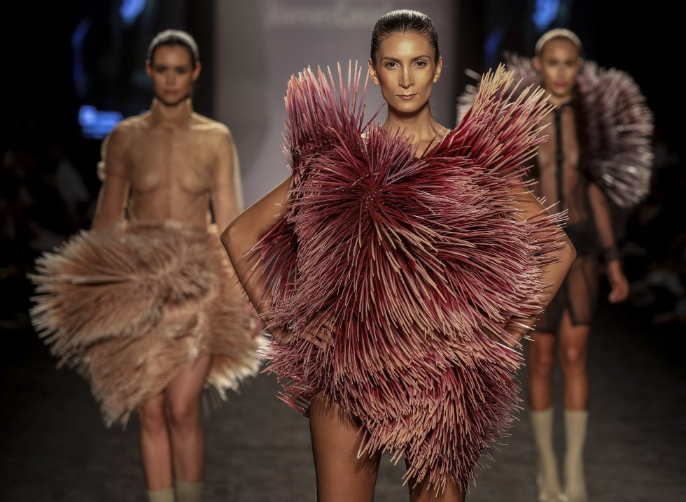 Modelos presentado diseños de estudiantes de la Colegiatura Fashion School.