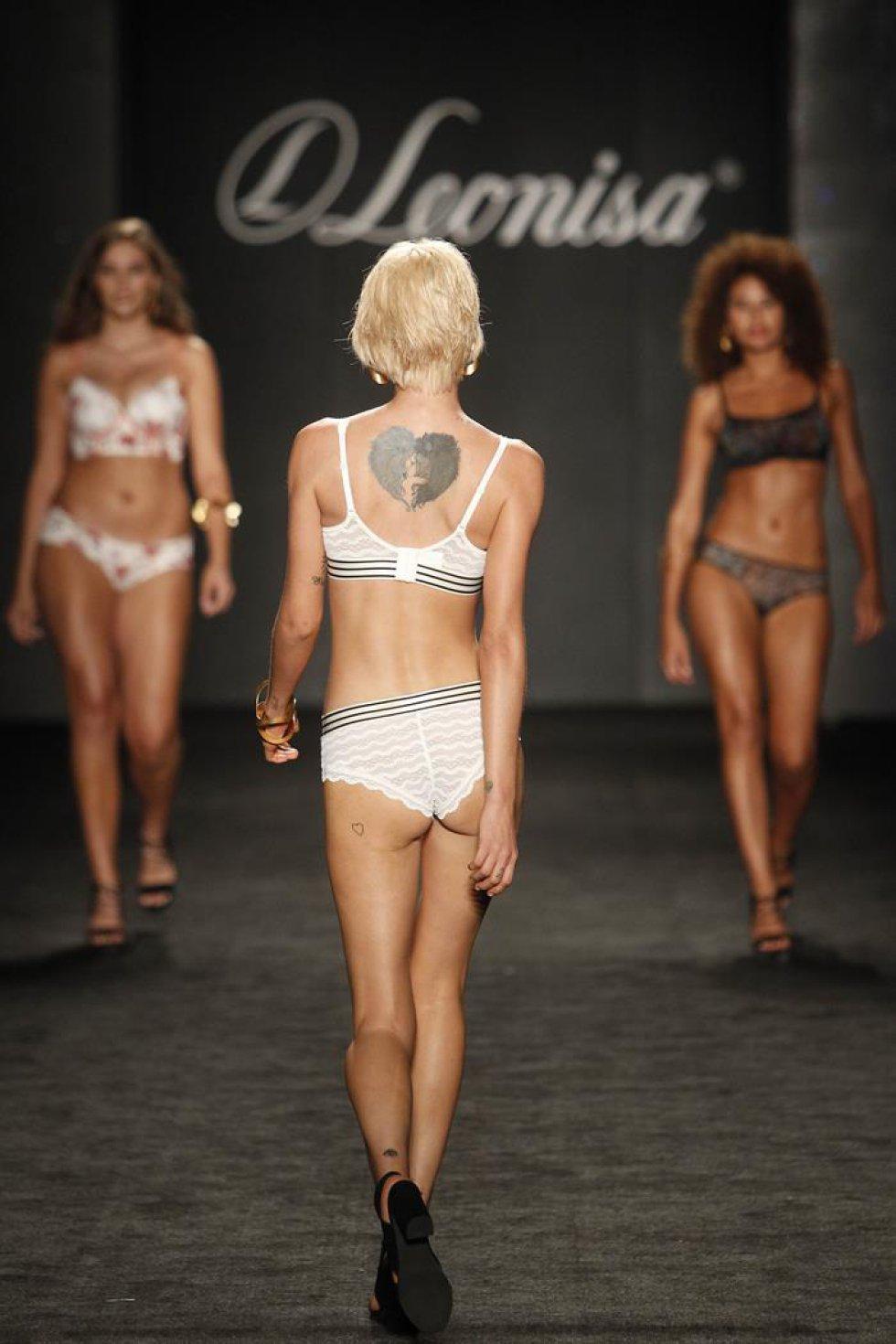 Modelos presentan los diseños de la marca colombiana Leonisa durante un desfile de Colombiamoda.
