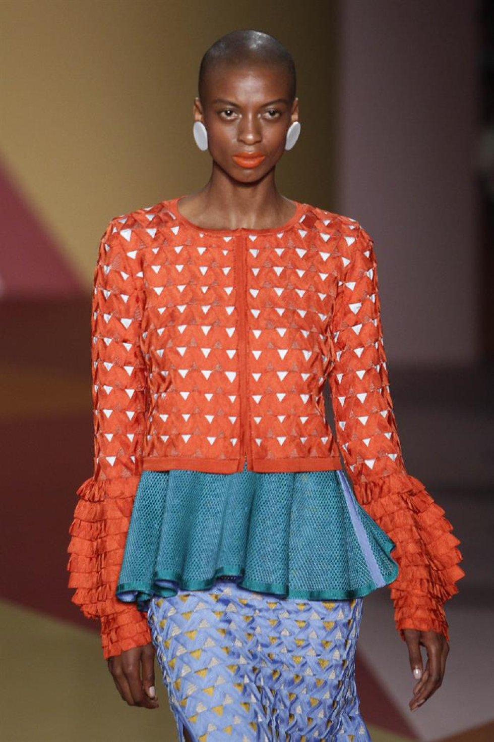 Una modelo presenta las creaciones de la diseñadora Pepa Pombo durante el desfile inaugural de Colombiamoda.
