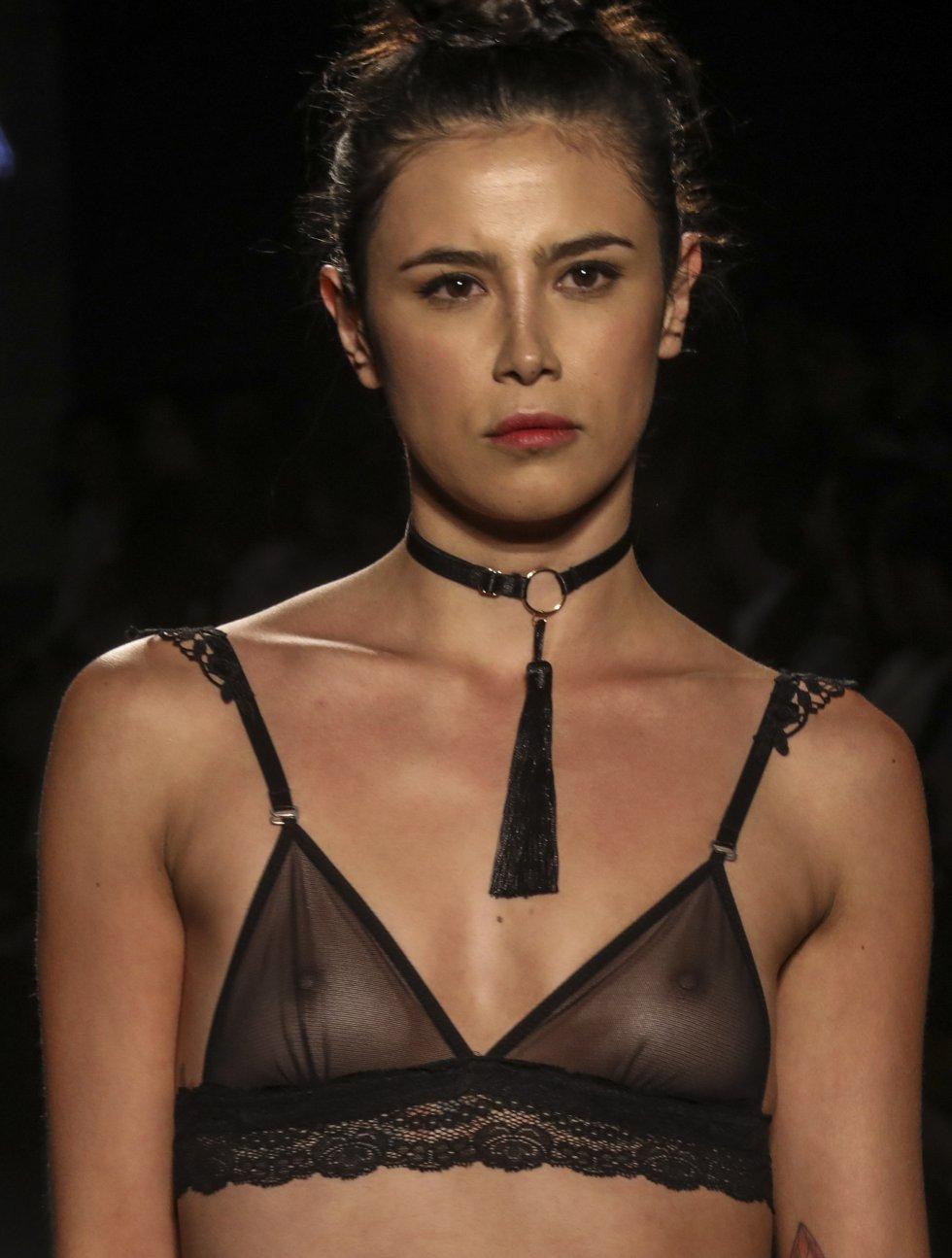 Una modelo presenta una creación de la marca colombiana Epica.