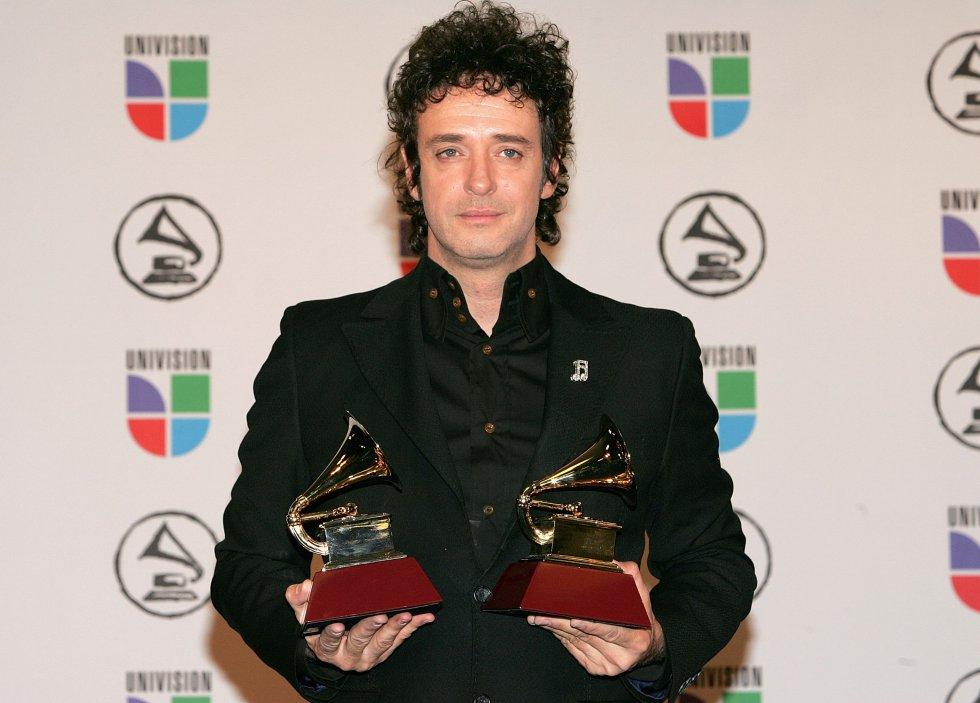 Cerati posa con sus premios en la sala de prensa en el 7 º Annual Latin Grammy Awards en noviembre de 2006.