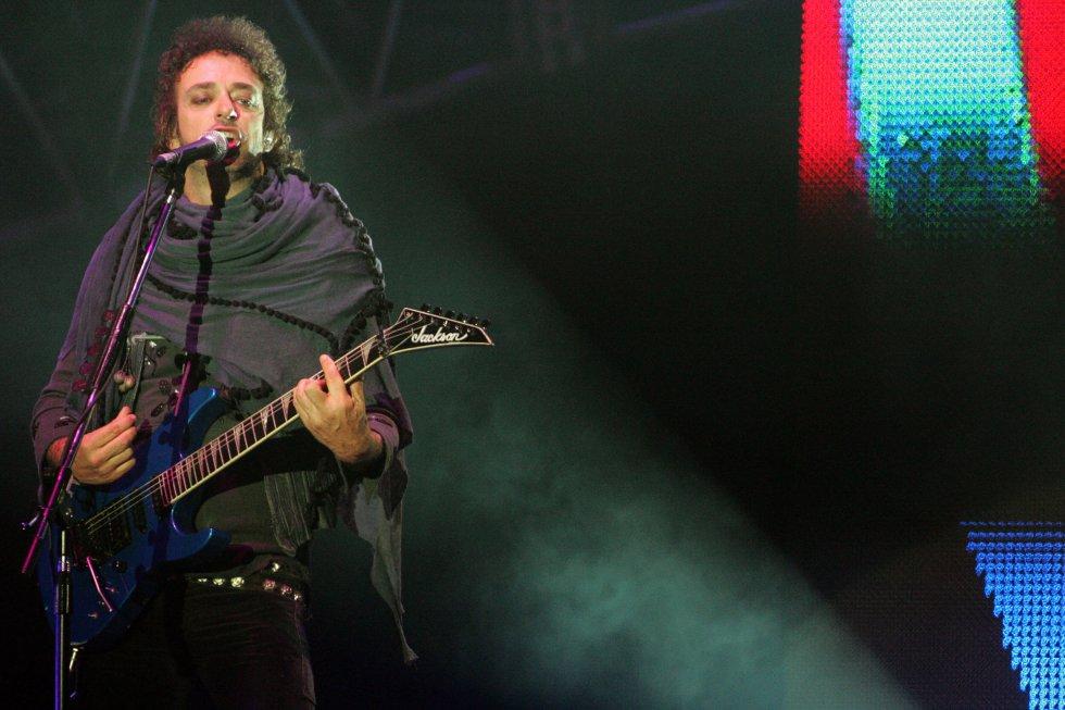 """Gustavo Cerati interpreta durante la gira """"Me veras volver"""" en el Estadio Nacional de Lima el 8 de diciembre de 2007."""