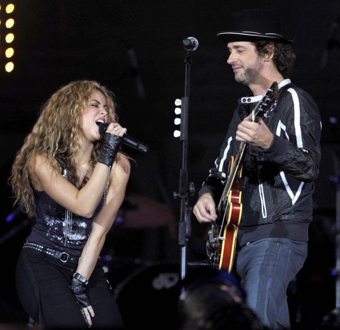 La cantante colombiana Shakira y el argentino Gustavo Cerati se presentan durante un concierto benéfico en Buenos Aires el 17 de mayo de 2008.