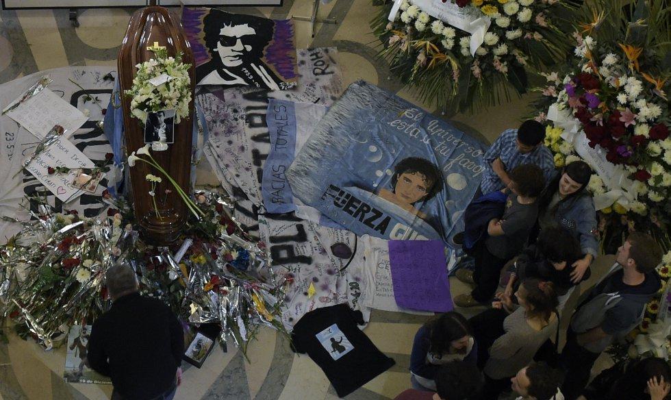 Familiares, amigos y fans se lamentan ante el ataúd del fallecido artista argentino Gustavo Cerati, en Buenos Aires el 5 de septiembre de 2014.